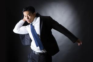 スーツを着るビジネスマンの写真素材 [FYI04259938]
