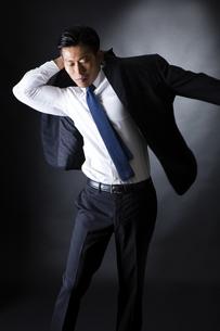 スーツを着るビジネスマンの写真素材 [FYI04259939]