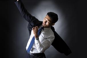 スーツを着るビジネスマンの写真素材 [FYI04259940]