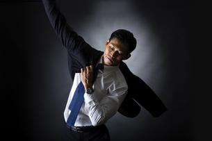 スーツを着るビジネスマンの写真素材 [FYI04259941]
