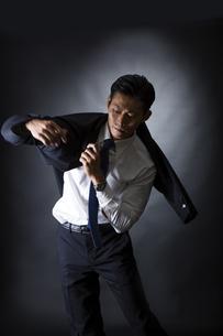 スーツを着るビジネスマンの写真素材 [FYI04259942]