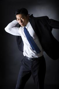 スーツを着るビジネスマンの写真素材 [FYI04259943]