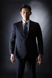 スーツ姿のビジネスマンの写真素材 [FYI04259944]