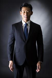 スーツ姿のビジネスマンの写真素材 [FYI04259945]