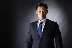 スーツ姿のビジネスマンの写真素材 [FYI04259946]