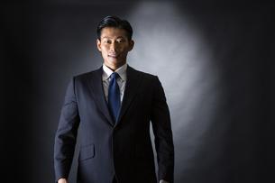 スーツ姿のビジネスマンの写真素材 [FYI04259947]