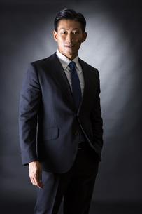 スーツ姿のビジネスマンの写真素材 [FYI04259948]