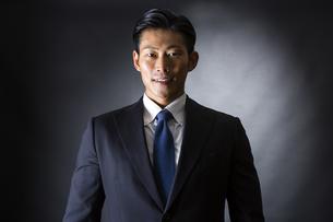 スーツ姿のビジネスマンの写真素材 [FYI04259949]
