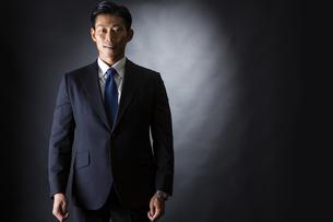 スーツ姿のビジネスマンの写真素材 [FYI04259950]