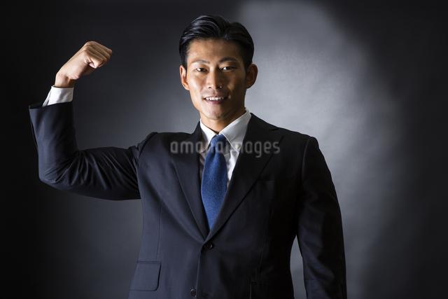 スーツ姿のビジネスマンの写真素材 [FYI04259951]