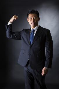スーツ姿のビジネスマンの写真素材 [FYI04259952]