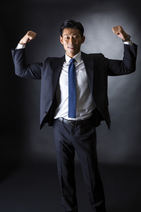 スーツ姿のビジネスマンの写真素材 [FYI04259953]