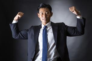 スーツ姿のビジネスマンの写真素材 [FYI04259954]