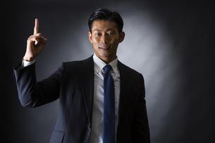 スーツ姿のビジネスマンの写真素材 [FYI04259955]
