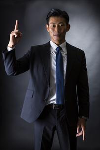 スーツ姿のビジネスマンの写真素材 [FYI04259956]