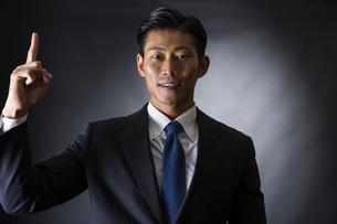 スーツ姿のビジネスマンの写真素材 [FYI04259957]