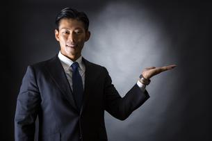 スーツ姿のビジネスマンの写真素材 [FYI04259958]