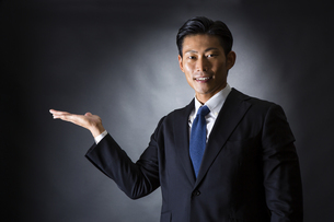 スーツ姿のビジネスマンの写真素材 [FYI04259959]