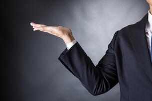 スーツ姿のビジネスマンの写真素材 [FYI04259960]