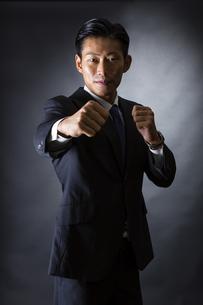スーツ姿のビジネスマンの写真素材 [FYI04259961]
