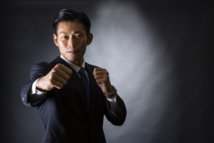 スーツ姿のビジネスマンの写真素材 [FYI04259962]