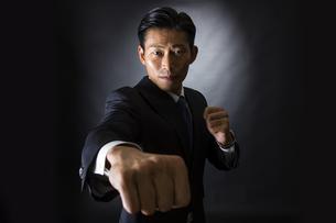 スーツ姿のビジネスマンの写真素材 [FYI04259963]