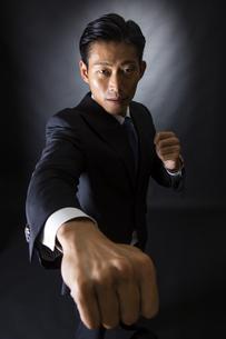 スーツ姿のビジネスマンの写真素材 [FYI04259964]