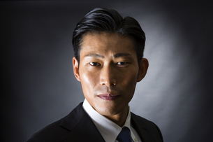 スーツ姿のビジネスマンの写真素材 [FYI04259965]