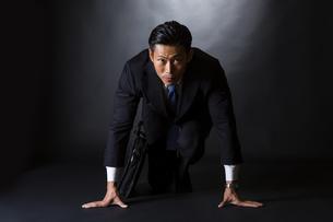 スーツ姿のビジネスマンの写真素材 [FYI04259966]