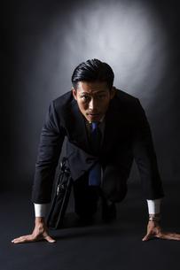 スーツ姿のビジネスマンの写真素材 [FYI04259967]