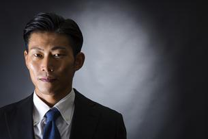 スーツ姿のビジネスマンの写真素材 [FYI04259968]