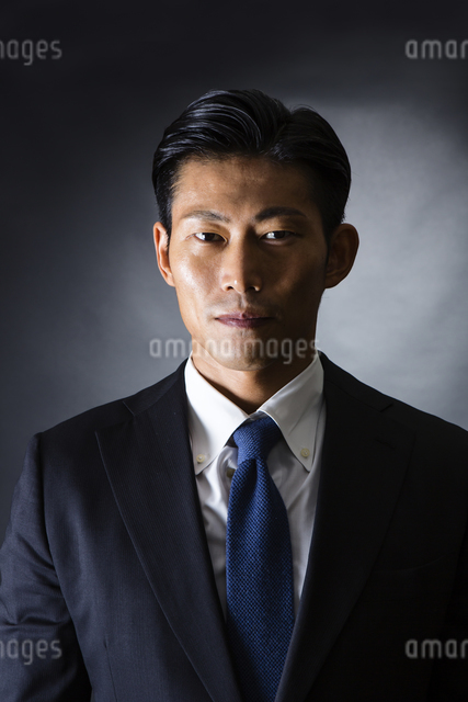 スーツ姿のビジネスマンの写真素材 [FYI04259969]