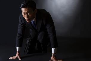 スーツ姿のビジネスマンの写真素材 [FYI04259970]