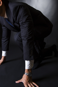 スーツ姿のビジネスマンの写真素材 [FYI04259971]
