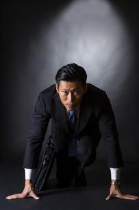 スーツ姿のビジネスマンの写真素材 [FYI04259972]