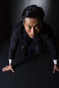 スーツ姿のビジネスマンの写真素材 [FYI04259973]