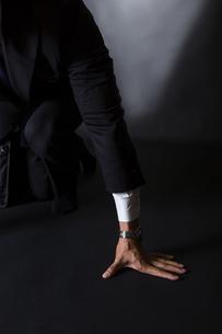 スーツ姿のビジネスマンの写真素材 [FYI04259974]