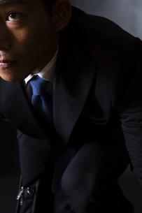 スーツ姿のビジネスマンの写真素材 [FYI04259975]