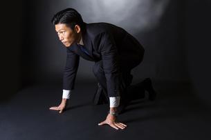 スーツ姿のビジネスマンの写真素材 [FYI04259976]