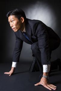 スーツ姿のビジネスマンの写真素材 [FYI04259977]