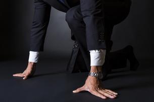 スーツ姿のビジネスマンの写真素材 [FYI04259978]