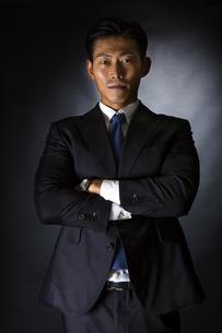 スーツ姿のビジネスマンの写真素材 [FYI04259979]