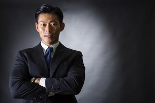 スーツ姿のビジネスマンの写真素材 [FYI04259980]