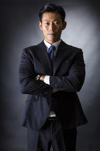 スーツ姿のビジネスマンの写真素材 [FYI04259981]