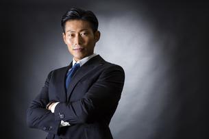 スーツ姿のビジネスマンの写真素材 [FYI04259982]