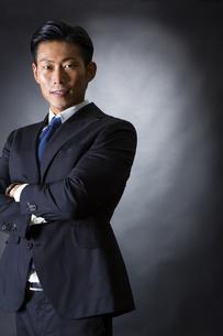 スーツ姿のビジネスマンの写真素材 [FYI04259983]