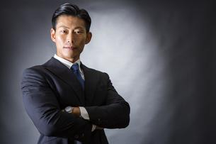 スーツ姿のビジネスマンの写真素材 [FYI04259984]