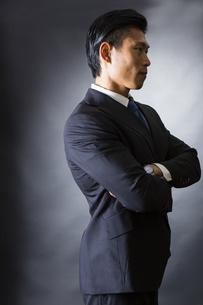 スーツ姿のビジネスマンの写真素材 [FYI04259985]