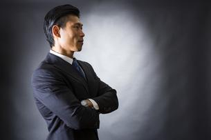 スーツ姿のビジネスマンの写真素材 [FYI04259986]