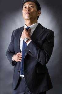 ネクタイを締めるビジネスマンの写真素材 [FYI04259987]